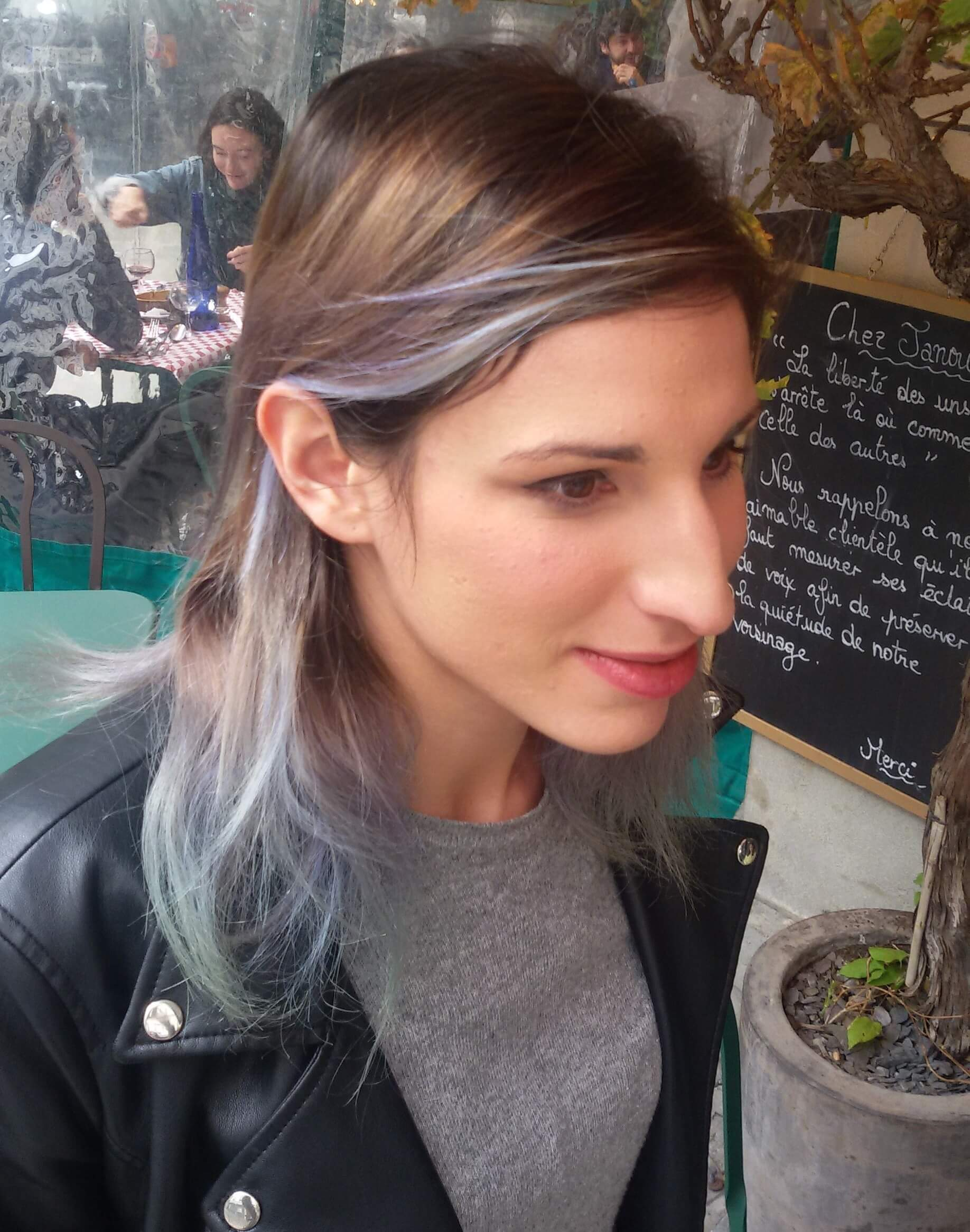 Il biondo è superato. Donne amano le chiome grigio-blu, moda da Parigi