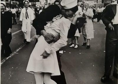 V-Day-Times-Square-Alfred-Eisenstaedt-Grandi-Maestri-Fotografia-Leica-Vittoriano-Roma