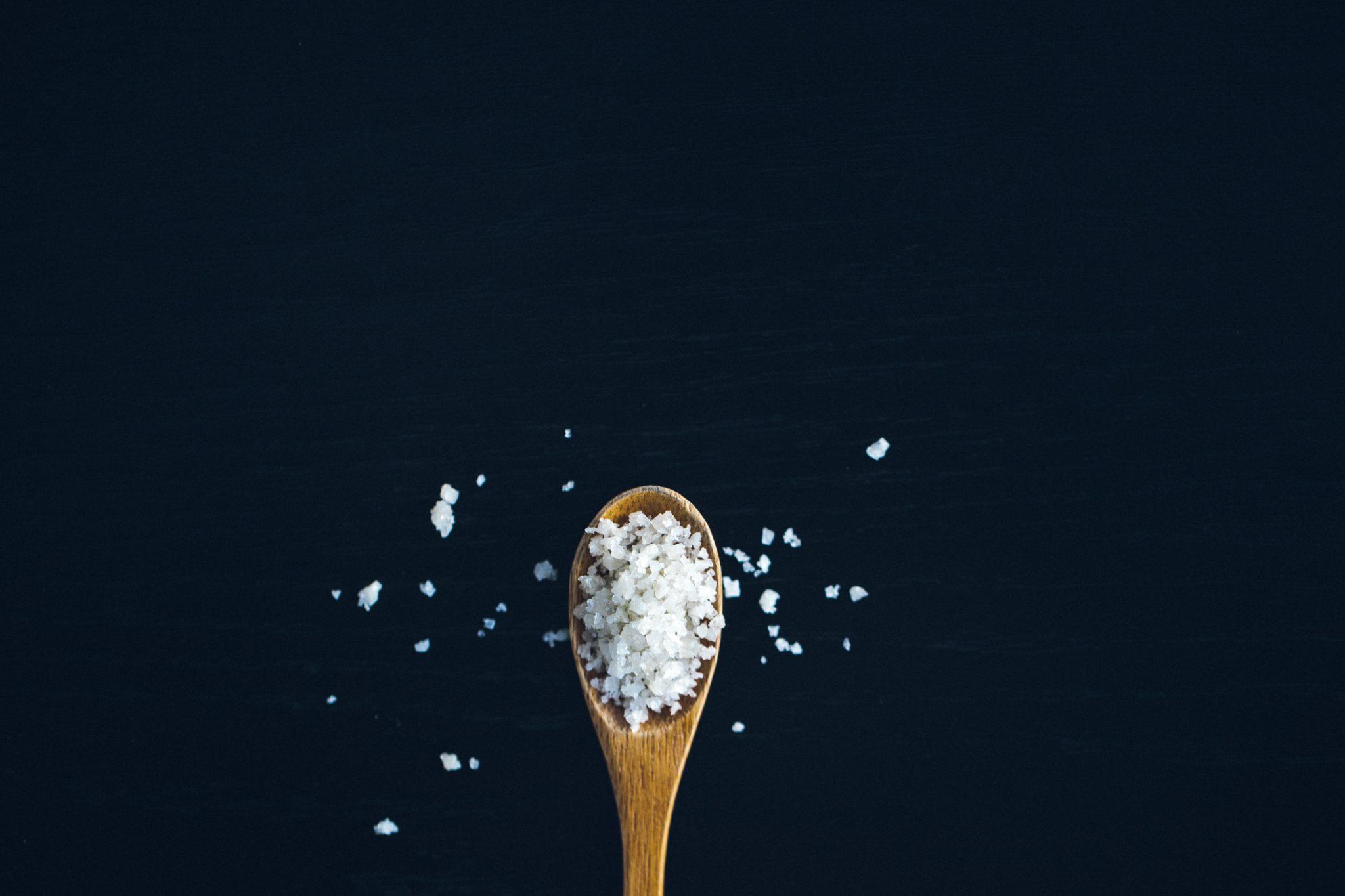 il sale o sodio è necessario perchè partecipa all'assimilazione del glucosio, soprattutto quando ci si allena col caldo e sotto il sole
